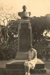 Rambaldo-monument in Kroesenpark. Op de voorgrond Antoinette ('Nettie') van Weelderen, een nichtje van Rambaldo (TM/FZF/830/51)