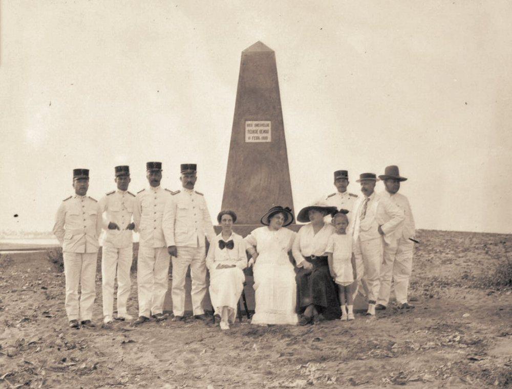 'Hier sneuvelde Teukoe Oemar, 11 februari 1899.' Meulaboh, 1916
