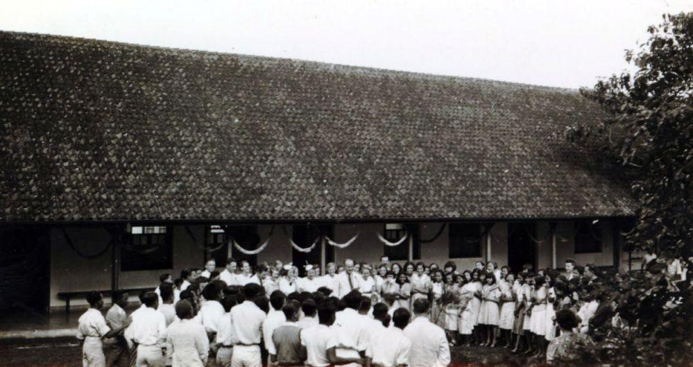 Het planten van de Beatrix-boom op de Prinses Beatrix school (MULO) te Magelang 1938