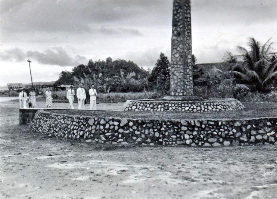 Hollandia_Administrator of Papua New Guinea D.M. Cleland en zijn echtgenote bij de gedenknaald_1956_K.jpg