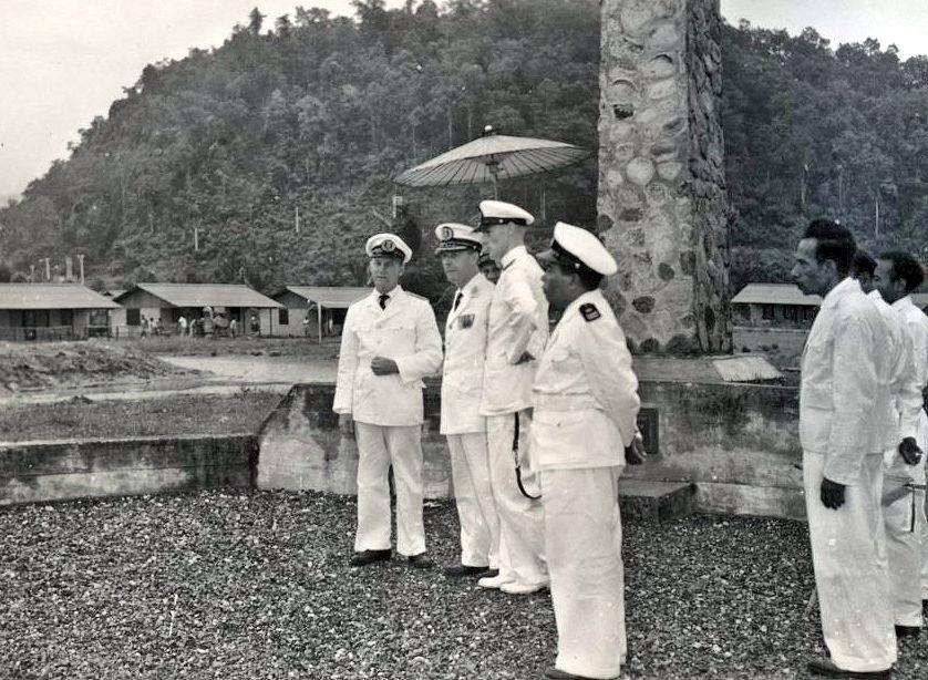 Hollandia_Gouverneur P.J. Platteel bij de gedenknaald ter herinnering aan de Amerikaanse invasie op 22 april 1944 te Hollandia_1958_KITLV
