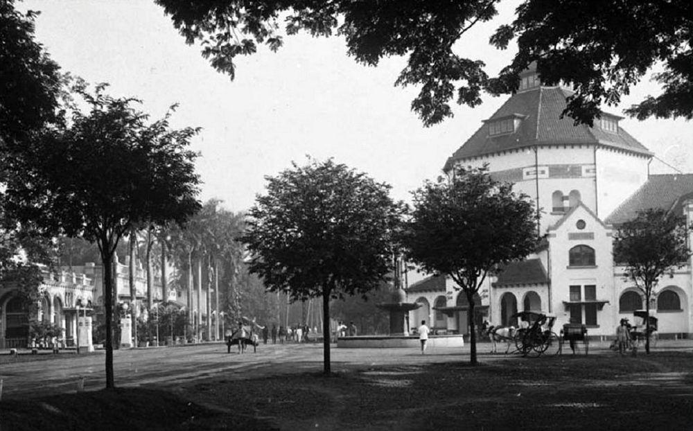 Nienhuys-fontein met postkantoor (coll. TM)