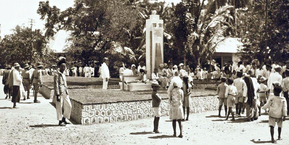 Een monument te Benkoelen, onthuld door mevrouw S.L. Zieck-van Hengel- de echtgenote van de resident