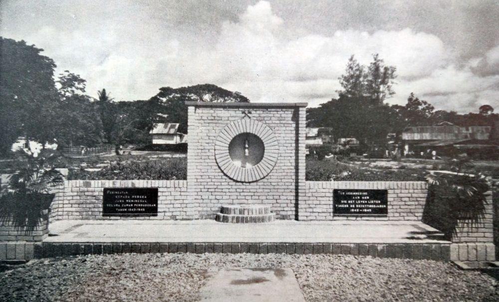 """Gedenkteken  voor de omgekomen personeelsleden der Steenkolen Mij. """"Parapattan"""", dat 29 april 1950 te Teloek Bajoer werd onthuld."""