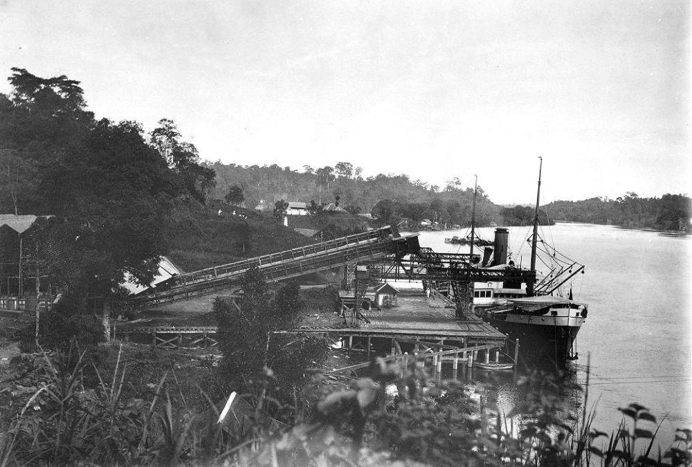 Een schip van de Koninklijke Paketvaart Maatschappij (KPM) tijdens het laden van kolen in Teloekbajoer, de afvoerhaven van de NV Steenkolen Maatschappij Parapattan (SMP)