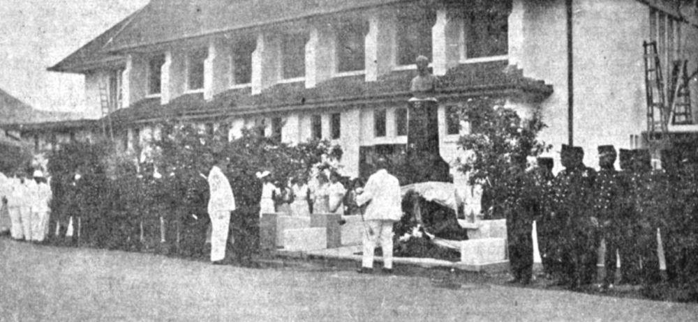 Kranslegging bij het Verbraak-monument in Koetaradja, 1935