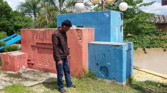 Een monument te Sarolangun, 2015 (foto: Tribun Jambi)
