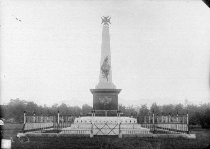 Het monument, nog zonder de begroeing van Waringin-bomen