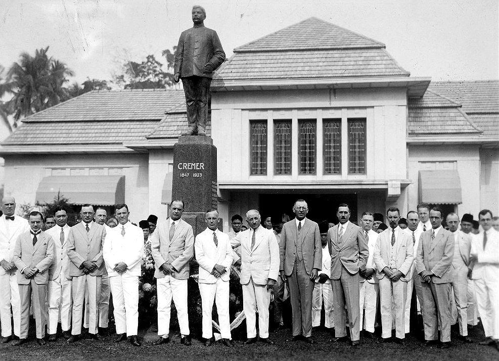 Groepsportret bij het standbeeld van J.T. Cremer ter gelegenheid van het vijftigjarig jubileum van de Deli Planters Vereniging (1929) Bij het standbeeld van J.T. Cremer voor het kantoor van de Deli Planters Vereniging staan van links naar rechts: Dr. S.C.J. Jochems (adjunct directeur Deli Proefstation), D. Wolfson (chef afd. Emigratie D.P.V.), C.H. ten Cate (secretaris D.P.S.), A.Jeppe (hoofdadministrateur Cult. Mij De Oostkust), A.R.R.F. Koen (ass. plantk. Afd. D.P.S.), G. Nieuwenhuijs (hoofdadminsitrateur Tabak Mij Arendsburg), J.J. Priebée (voorzitter D.P.V., hoofdadministrateur Deli Mij), Dr. T. Volker (secretaris D.P.V.), B.B.M. Rupert (directeur Deli Batavia Mij), E.J. Woltersdorff (hoofdadministrateur Batavia Mij), B. Simon (hoofdadministrateur Senembah Mij), B.Ph.M. de Groot (chef Scheikundig Laboratorium D.P.S.), Dr. J. Kuijper (directeur D.P.S.), Ir. J. v.d. Poel (chef Landbouwk. afd. D.P.S.), Dr. A. Meurs (plantkundige D.P.S.), Dr. C.H. Oostingh (chef Agrogeologische afd. D.P.S.), Drs. P.A. Rowan (chef Scheikundige afd. D.P.S.) en Dr. J.K. de Jong (chef Dierkundige afd. D.P.S.).