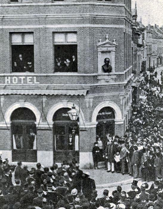 Onthulling van het borstbeeld van generaal P.P.H. van Ham op 17 juli 1897 aan het Van Coothplein, Breda