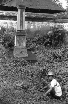 Gedenkzuil voor generaal Van Ham op de plaats waar hij in 1894 sneuvelde, bij Mataram op Lombok, 1984. Foto: Ewald Vanvugt