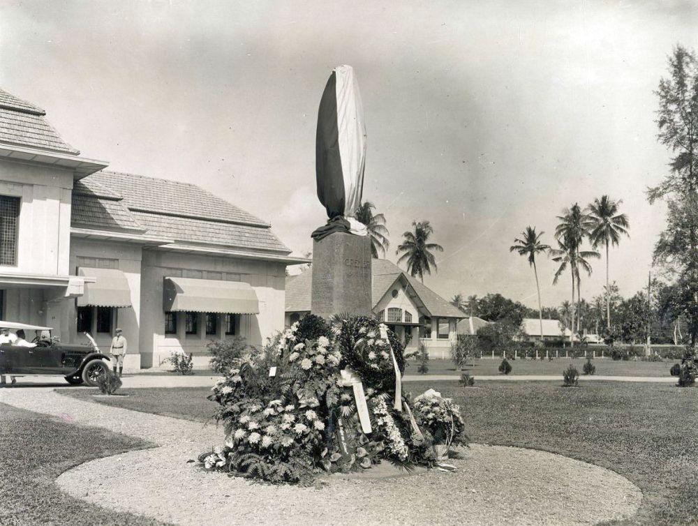 Het standbeeld, kort voor de onthulling