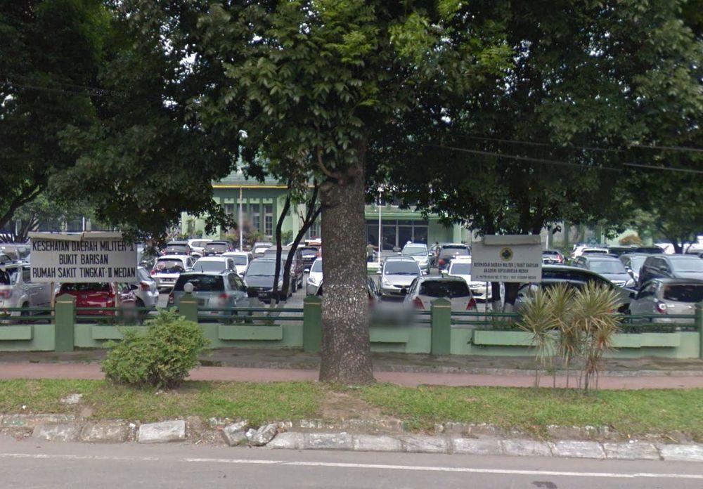 Tussen de bomen herkennen we het kantoor van de Deli Mij. , nu een Rumah Sakit Militer